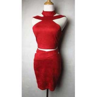 全新美國加州品牌LUXXEL.歐美時尚性格酒紅色特殊造型設計麂皮絨鏤空露背削肩短版背心+合身窄裙短裙套裝