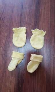 Bb yellow duckie bootie mitten set
