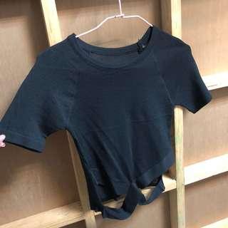 短版針織交叉鏤空上衣