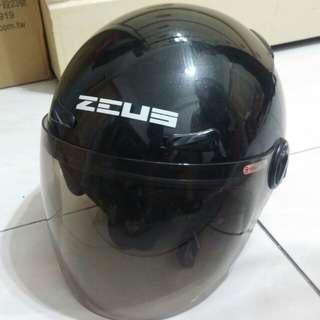 ZEUS 210亮光黑(3/4罩)