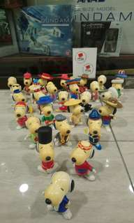Snoopy all around the world 28 隻 (開始發黃)