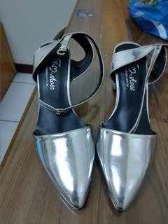🚚 Grace gift 尖頭銀色粗跟鞋