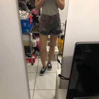 灰色高腰牛仔短褲