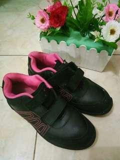 Sepatu sekolah anak b-first