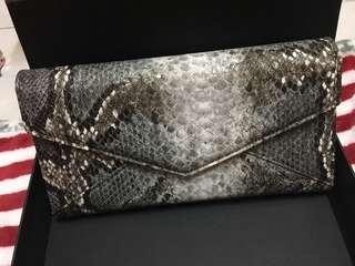 全新長方形蛇紋手提包。購自Milan