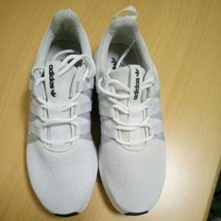 Adidas 慢跑鞋