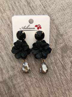 Flower petal earrings in black