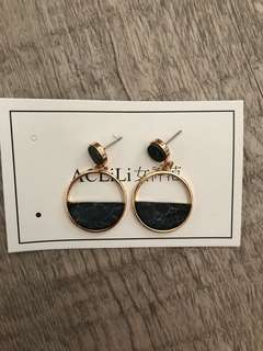 Classy marble print earrings in black