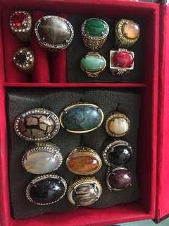 Batu cincin dan uang logam antik