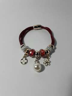 Charm bracelet with magnetic lock