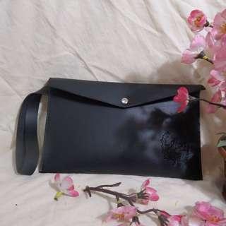 Stylish Simple Black Leather POUCH AE Korea ORI (Pouch Kulit Sintetis Hitam Merk AE Korea ORI) - UNISEX (Cocok untuk Pria/Wanita)