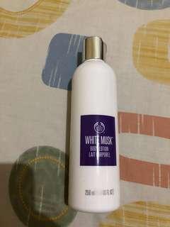 White musk the body shop body lotion ini enakkkkk bgt wanginya nge soft😍😍😍 isi masih 90% masih buanyaakkkkkkk🤣 no barter ya kak.