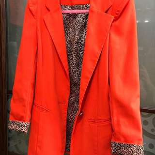 西裝褸(橙紅色)型格配豹紋內胆
