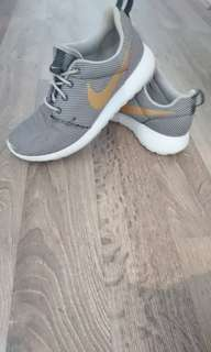 Nike Roche - Grey with gold tick