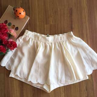 Pleated skirt shorts.