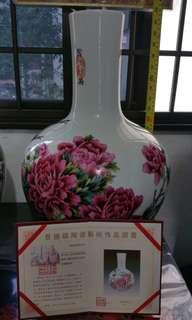 Antique vase with cert by ( 俞金喜 )