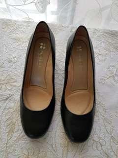 Brand new! Naturalizer black heels