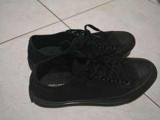 Sepatu converse monoblack size39 original & Helm Bogo