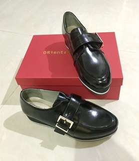 。ORiental TRaffic。黑色。漆皮鞋。Size M。