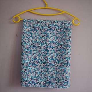 segiempat motif bunga biru