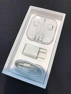 蘋果 iPhone 原廠 全新傳輸線 充電頭 耳機 可蝦皮  原廠傳輸線:$390  原廠充電頭:$300  原廠耳機:$450  一整組:$1000  任兩種合購折$50  需要請詢問