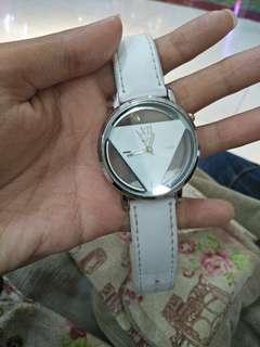 Jam tangan triangle (berbentuk segi tiga)