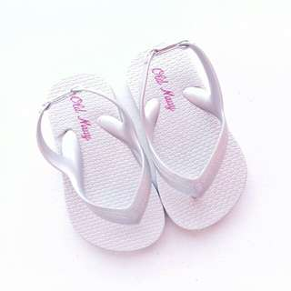OLD NAVY BABY SLIPPERS KIDS SLIPPERS FLIP FLOPS SIZE 5 (SILVER)