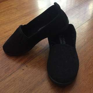 Young Dimensions Shoes Size 7 (no box, black)