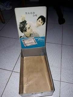懷舊 60-70年代 香港葯房 售賣 花王洗髪粉 鐵盒 內盒有殘漬,已蓋上雞皮紙,收藏懷舊鐵盒 不容錯過,每間葯房只得一個,吾似糖果盒在市面能用錢買得到,印有港版信興行代理,