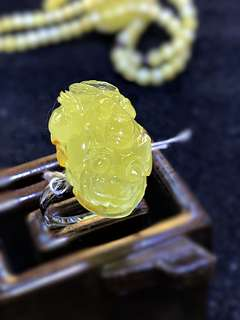 Natural amber Pi Xiu ring (with Cert)天然无烤色蜜蜡貔貅戒指)