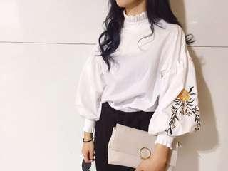 白色荷葉領花苞袖刺繡花朵拋袖上衣