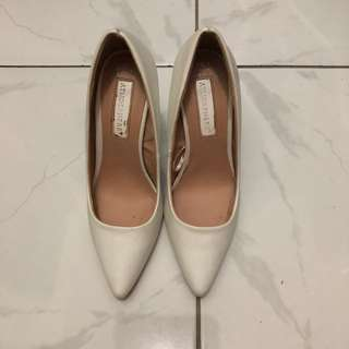 ATMOSPHERE WHITE PUMPS SIZE 6
