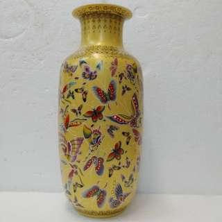 黄地百蝶瓷花瓶