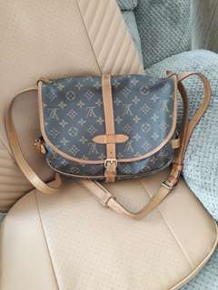 LOIUS VUITTON SAUMUR 30 (authentic)