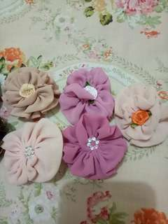 Peniti bunga untuk hiasan di baju/krudung