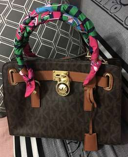 Michael kors Hamilton Small with flaw the handle haved scratches