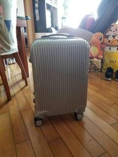 全新未拆行李旅行喼 銀色 中小型 短線旅行用