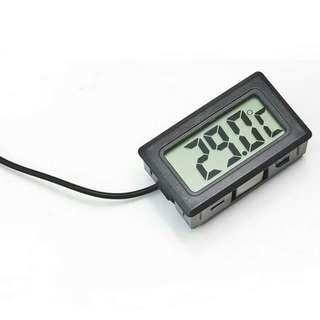 Thermometer digital untuk mengukur suhu aquarium.