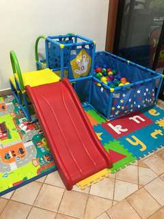 Ball pit and slide play set