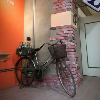 「早期腳踏車+12隻大瓶汽水空瓶+七喜木箱」 早期 古董 復古 懷舊 稀少 有緣 大同寶寶 黑松 沙士 鐵件 40年 50年