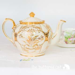 Stunning vintage cream and gold Sadler teapot, for the collector