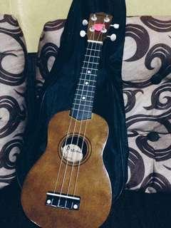 Ukelele guitar may dents pero sobrang di halata   ps: may butas na yung lagayan nya yung bag pero medyo maliit lang.