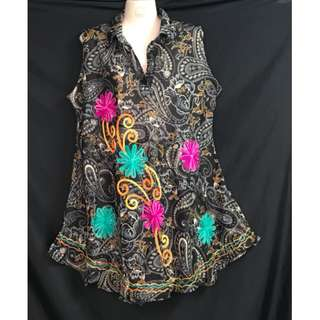 SLEEVELESS BLOUSE WITH EMBROIDERED DESIGN