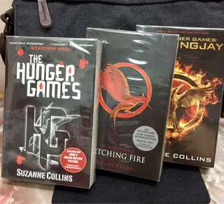 《New Book Condition + The Complete 3-Books Series》Suzanne Collins - THE HUNGER GAMES TRILOGY : The Hunger Games + Catching Fire + Mockingjay