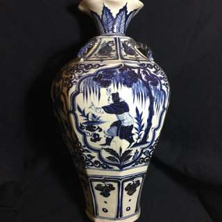 Yuen dynasty B n W vase with special shape n historical human characters 42cm High . Authentic Yuen artwork . Offer above S$100000 secured。
