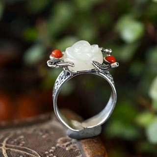 天然和田白玉玫瑰花戒指,S925復古銀梅花鑲嵌南紅,活口設計,設計獨特。白玉尺寸約13mm