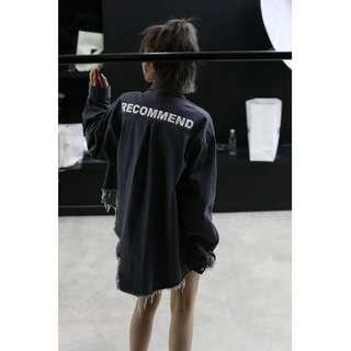 🚚 VM 原創街頭 潮流 RECOMMEND字母 水洗工業風 不規則磨毛設計 寬鬆碳灰牛仔襯衫 (男女可穿)