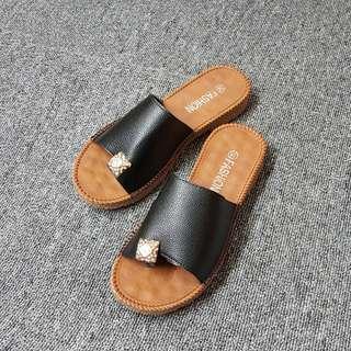 🚚 個性乳膠皮質方飾夾腳平底拖鞋(黑白兩色)