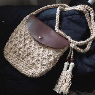 夏日必備。編織流蘇小包