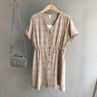 🚚 V領復古格紋洋裝。杏